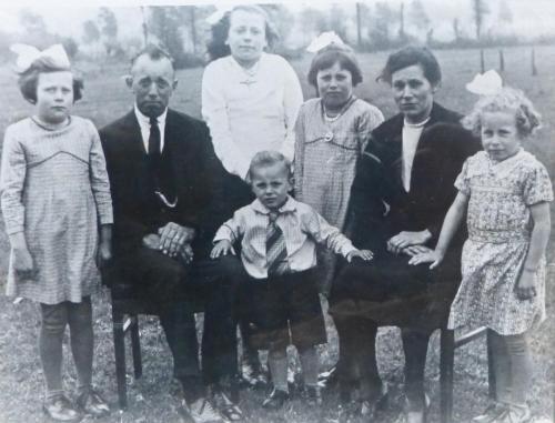 Foto genomen achter de oude boerderij van de Fam Jacobs. De jongen in het midden is Harry Jacobs. Foto is van 1945
